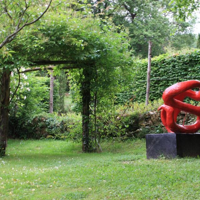 Les Jardins De Cadiot Sculpture Rouge