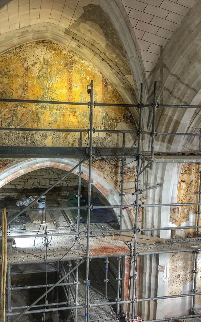 Les Milandes : restauration des peintures murales de la chapelle